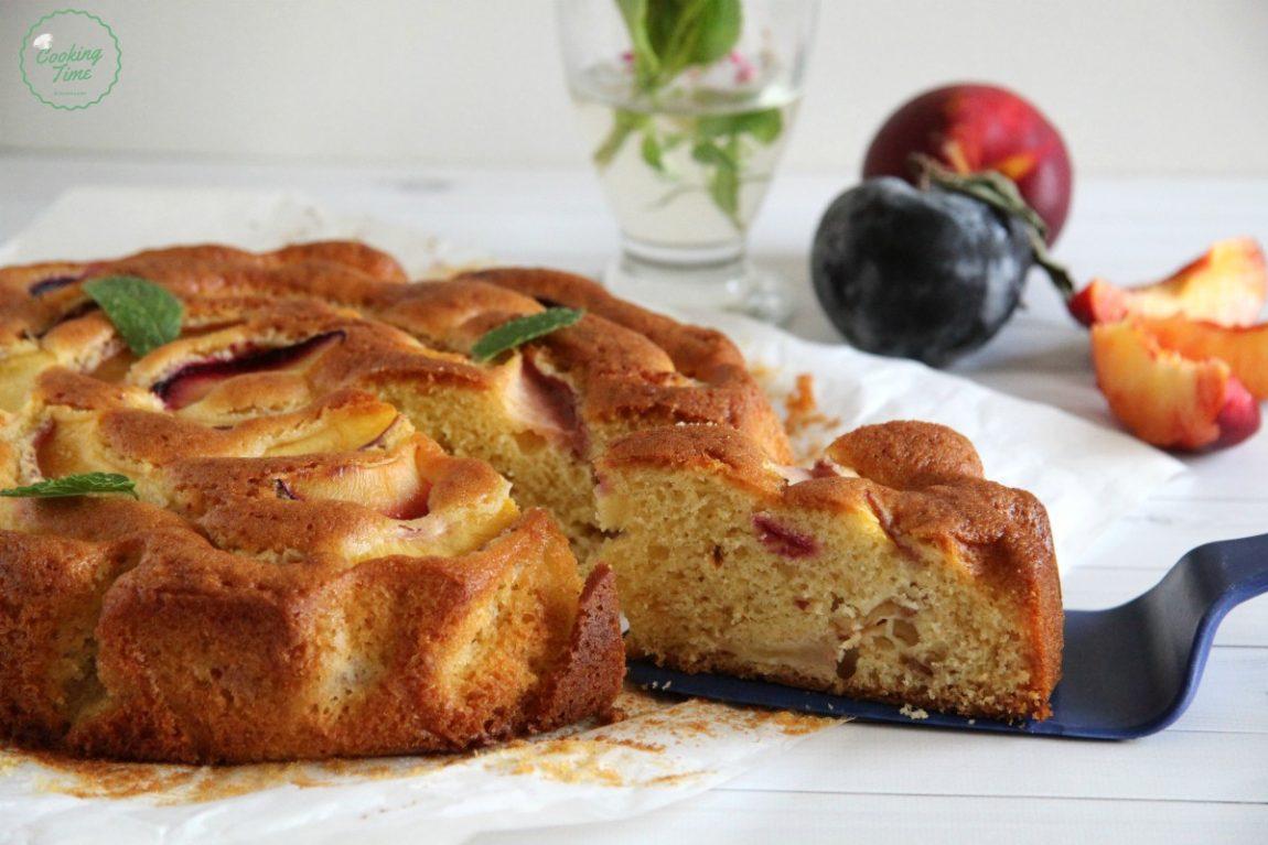 Torta con pesche e prugne