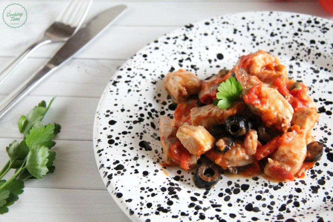 Tonno con pomodorini olive e capperi